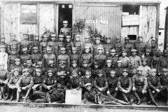 Československí-legionári-12-pluk-3-prápor.-Ján-Marko-v-hornom-rade-celkom-vpravo-Na-vagóne-za-nimi-ruský-nápis-Altajskaja